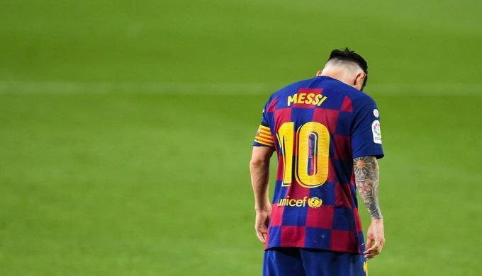 ميسي يوقف مفاوضات تجديد عقده ويهدد بالرحيل عن برشلونة