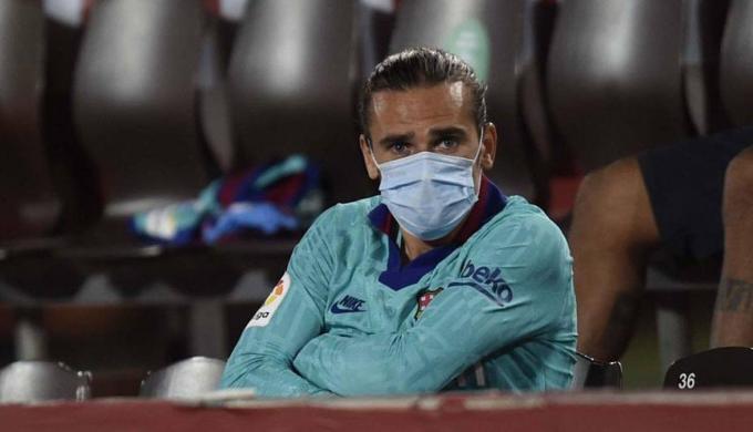"""غريزمان شعر بـ""""قلة احترام"""" لمشاركته بديلا في مباراة برشلونة ضد أتلتيكو مدريد"""