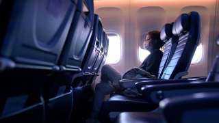 """مسافرة على متن رحلة لـ""""أمريكان إيرلاينز"""" تحاول فتح باب الطائرة في الجو """